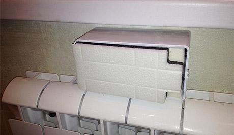 В корпус устанавливается шумопоглотитель и заслонка для регулирования потока воздуха.