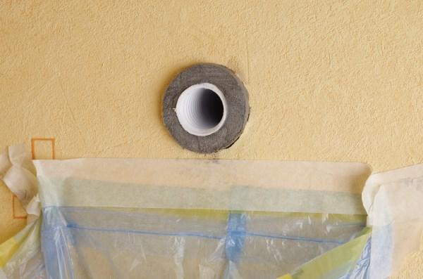 В отверстие устанавливается трубный утеплитель и обрезается с отступом от стены в 10мм